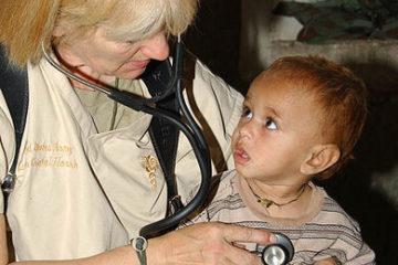 Ein Kinderarzt untersucht ein Kind