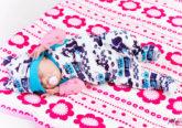 süßer Säugling auf einer Decke