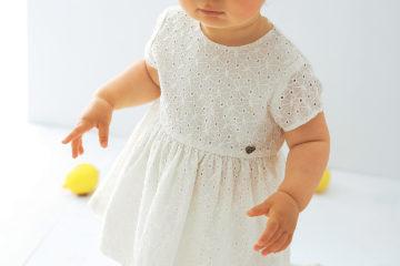Baby-Kleid mit Lochstickerei wollweiß