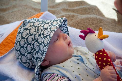 Baby am Strand mit Hut