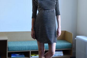 Kleid für Schwangerschaft und Stillzeit schwarz gestreift