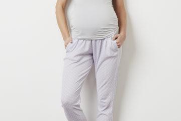 Pyjamahose für Schwangerschaft und Stillzeit violett bedruckt