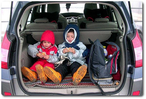Kinder im Kofferraum eines Renaults Scenic